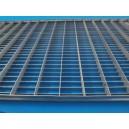 Rejilla de acero inoxidable entramada antideslizante para pasarelas y escaleras.